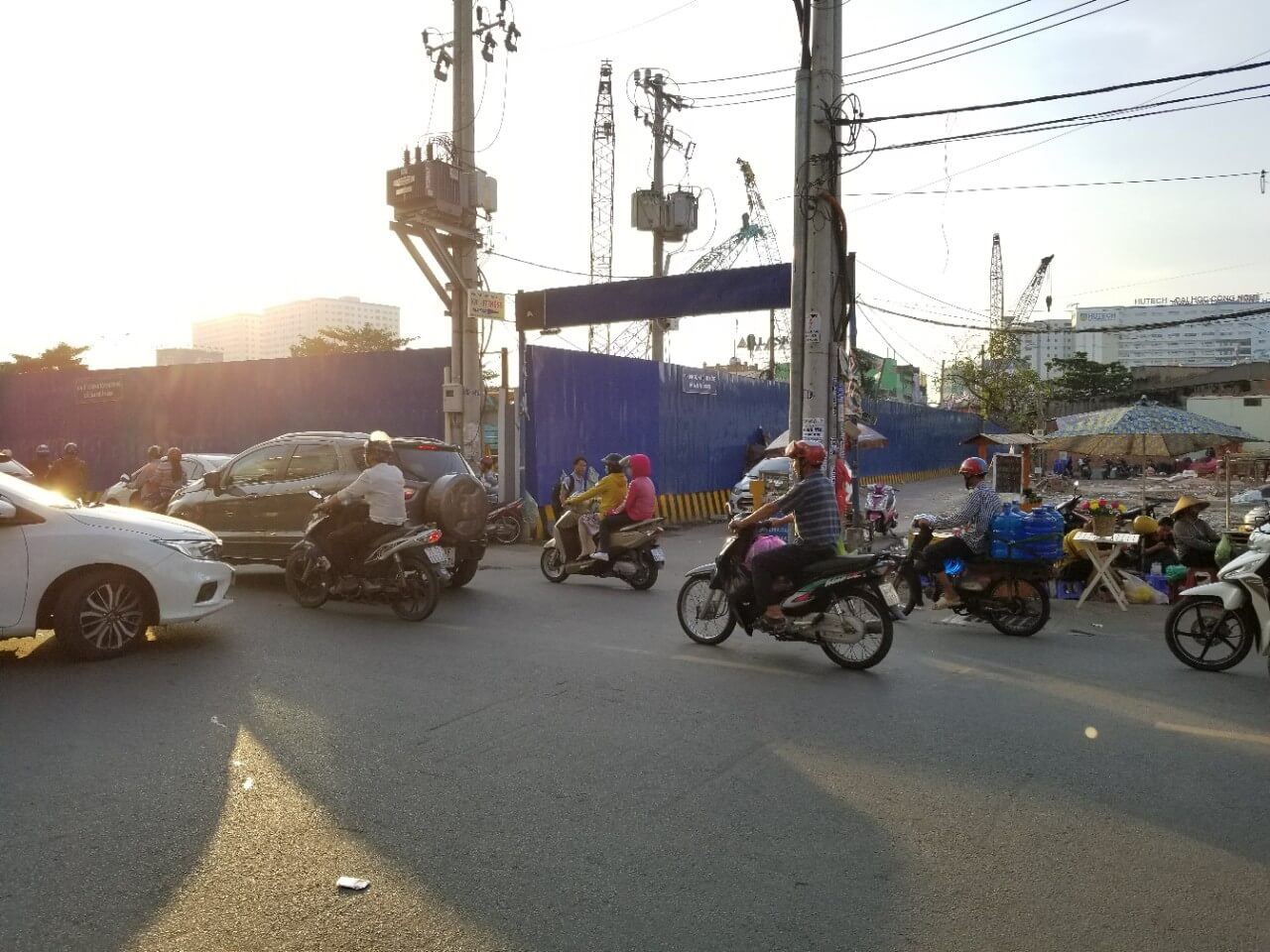 Phía sau dự án có 1 đường hẻm (oto đi được) nối về lại Điện Biên Phủ.